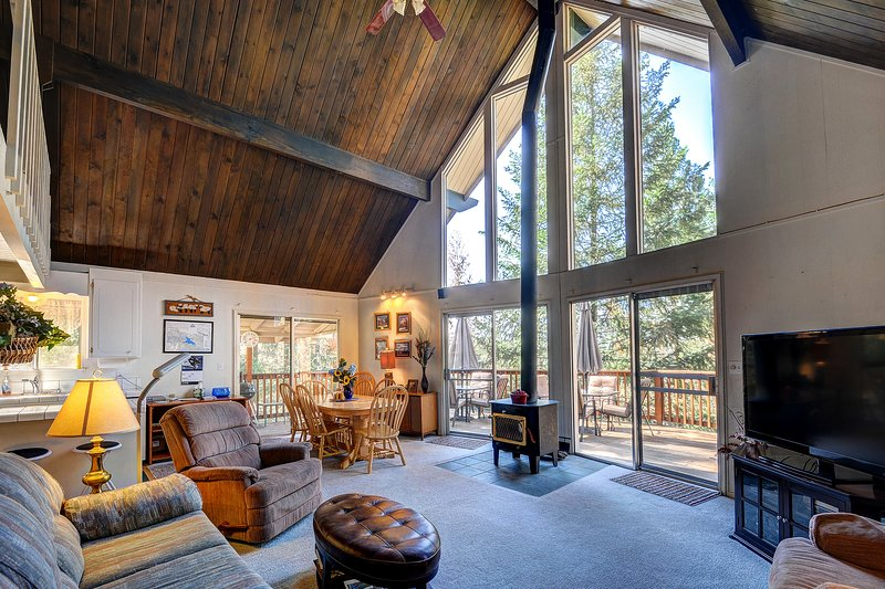 Rustic Swiss-style cabin w/ lake and shared pool access. Close to Yosemite! – semesterbostad i Groveland