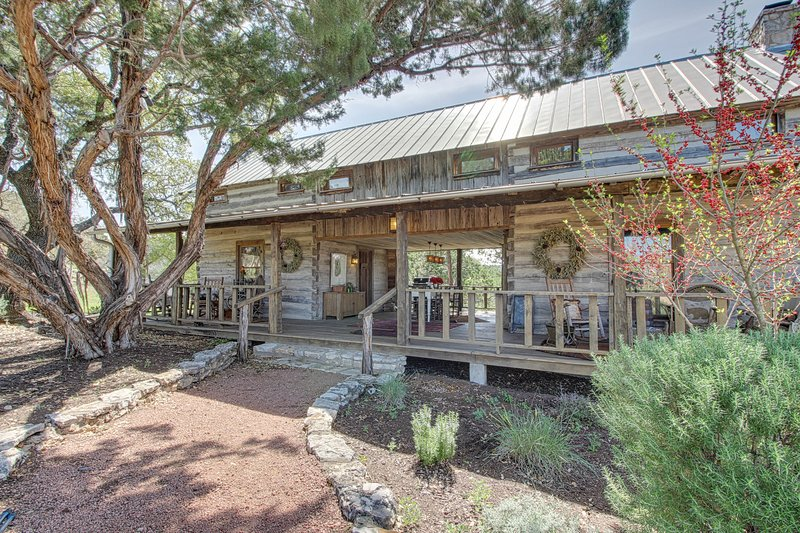 Quiet, dog-friendly cabin with an upscale rustic interior, close to downtown!, vacation rental in Fredericksburg
