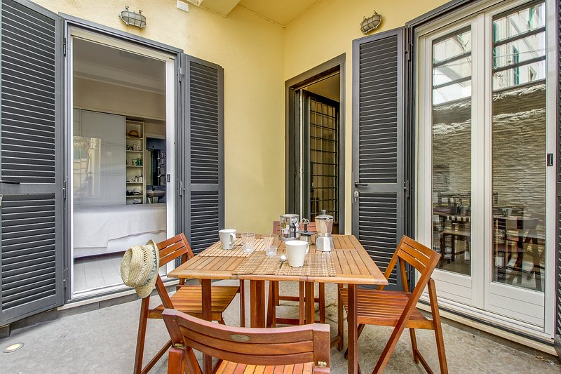 Charming apartment w/ private courtyard, two blocks from the beach!, holiday rental in Santa Severa