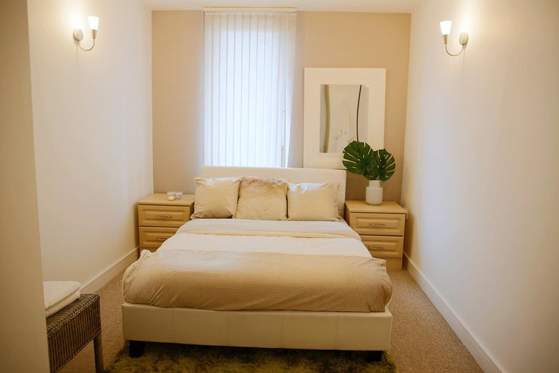2 BED Luxury APARTMENT, vacation rental in Salford