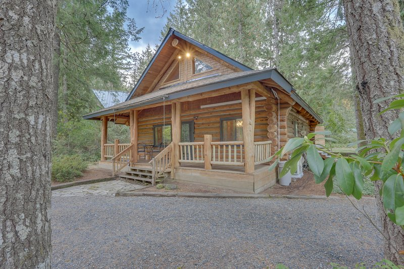 Spacious cabin w/shared pool & private hot tub- close to ski slopes, holiday rental in Brightwood