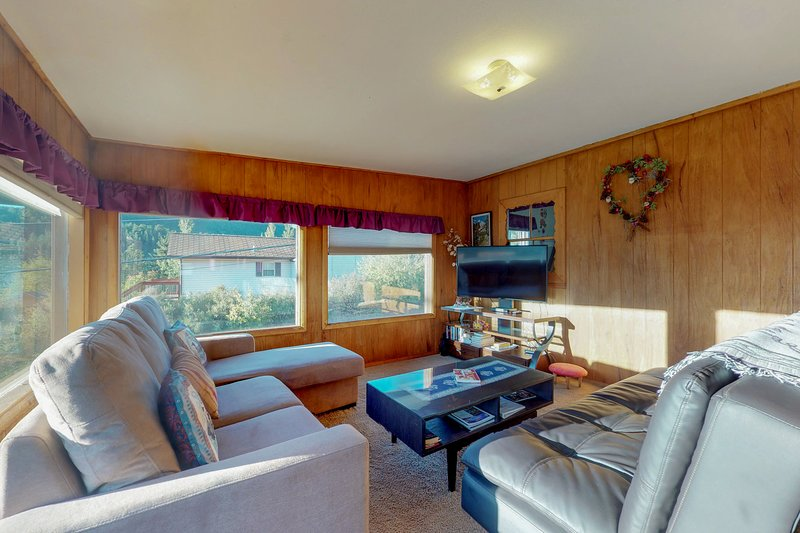 Cozy cottage with outdoor fire pit and grill near river, downtown, holiday rental in Estes Park