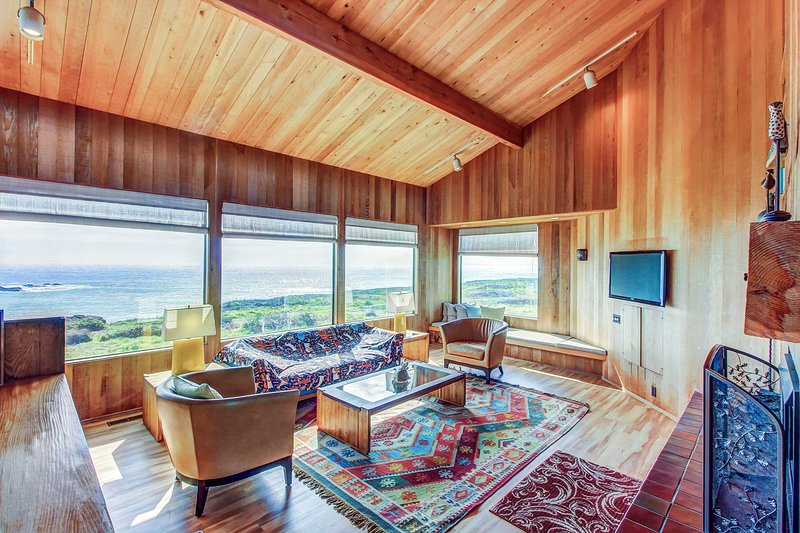 Waterfront Sea Ranch home w/ private hot tub, shared pool, & ocean views!, vacation rental in The Sea Ranch
