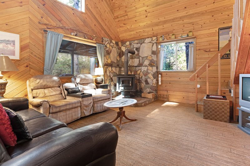 Updated, dog-friendly cabin in a secluded area - minutes from beach & town!, location de vacances à Langlois