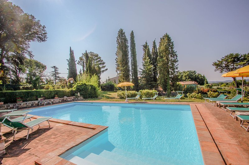 Villa with private-fenced pool/garden, ping pong & table football, soccer field, holiday rental in Montecastrilli