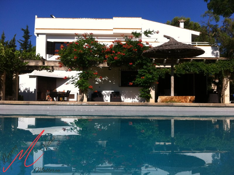 Villa Oklahoma - only 2 min walk from the beach. Private pool, TV in bedrooms, wifi aircon, book now