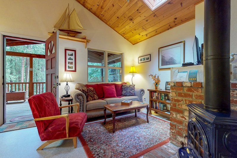Dog-friendly, modern-rustic mountain getaway with cozy features, location de vacances à Scotts Valley