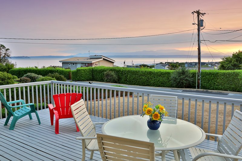 Family-friendly home with Hot tub, beach access & water view!, vakantiewoning in Freeland