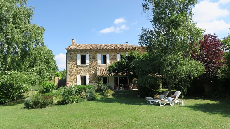 Spacious & Charming Provencal House near UZES, holiday rental in Saint-Marcel-de-Careiret