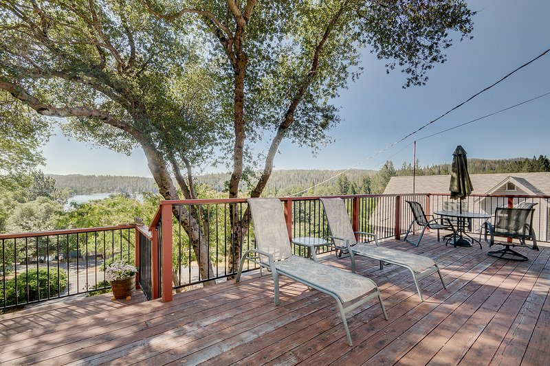 Cozy, dog-friendly house w/ a shared pool & large deck w/ views of the lake!, location de vacances à Coulterville