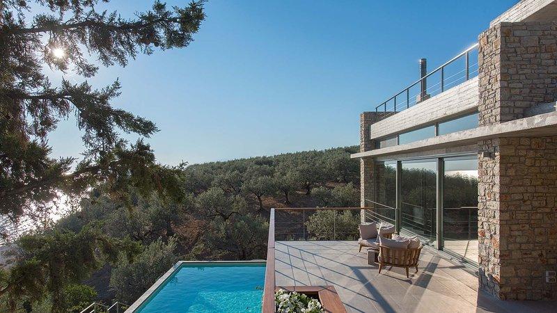 Villa Starlett, luxury sea-front villa with private pool near Nafplio, location de vacances à Kiveri