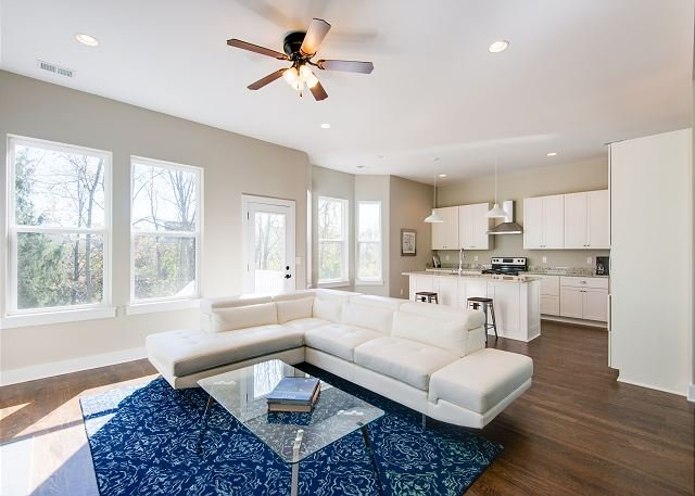 River Bliss! Big New Luxury House w/ Water Views -- Near Opryland & Downtown, Ferienwohnung in Goodlettsville