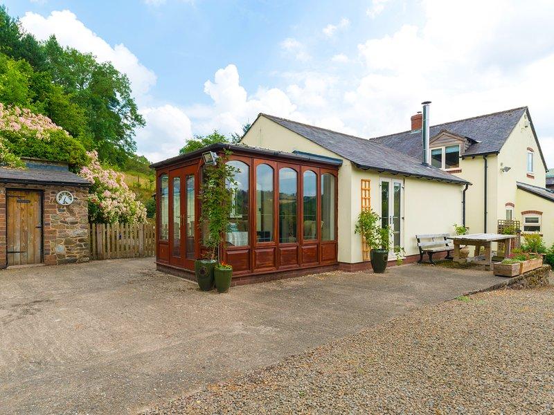 BRINKS, romantic retreat, woodburner, en-suite spa bath, pet-friendly, near, vacation rental in Minsterley