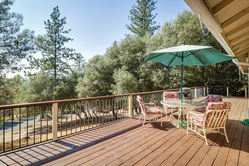 Dog-friendly home w/shared pool & within walking distance of lake, location de vacances à Coulterville