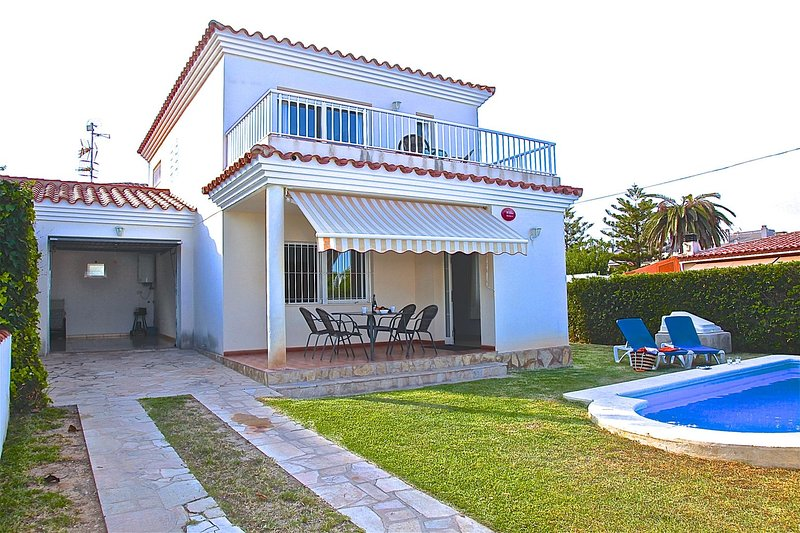 House with private pool with direct acces to the beach, holiday rental in Alcanar