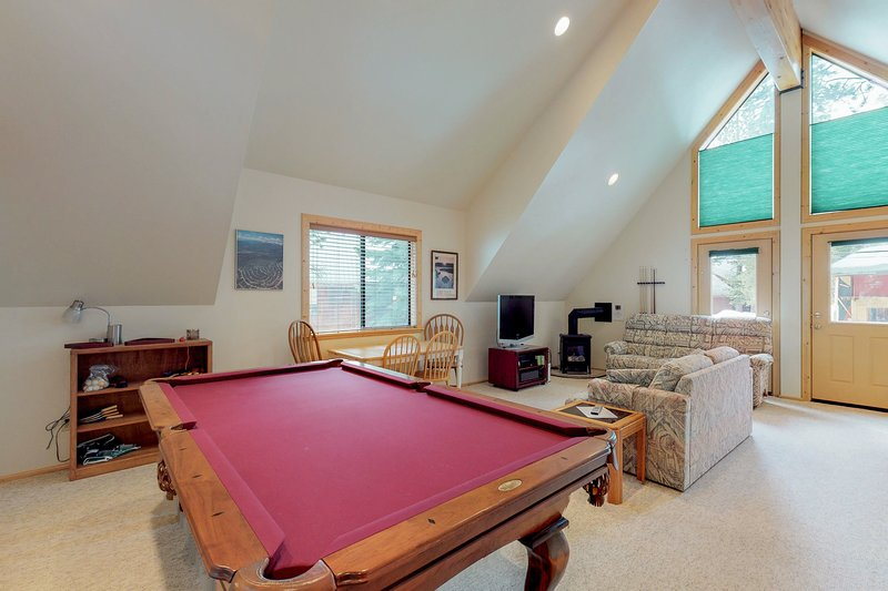 Large (700 ft) studio w/shared pool & tennis, on-site golf - near lake, holiday rental in Truckee