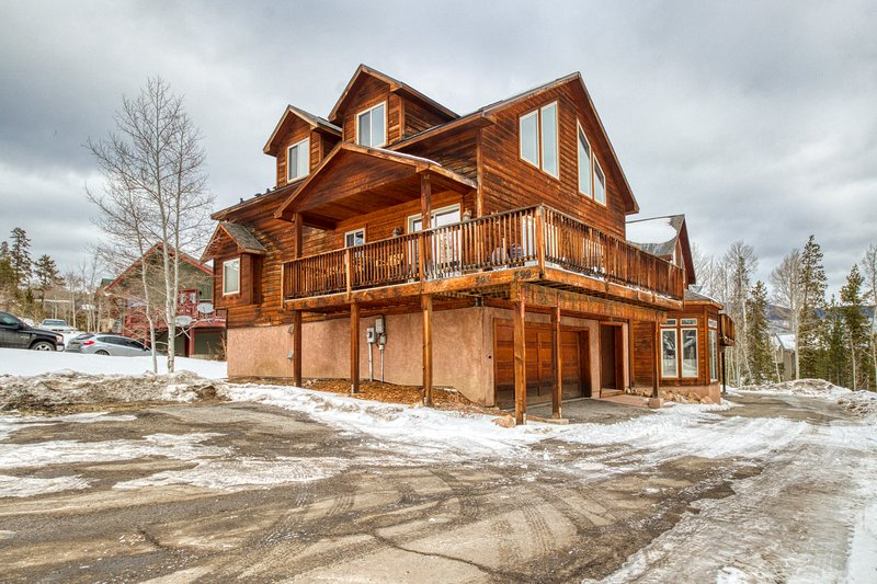 Roomy home w/ a full kitchen, deck, & lovely mountain views!, vacation rental in Wildernest