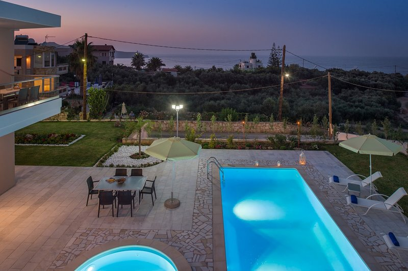 Heated private pool★500mt to beach★Indoor jacuzzi seaview★Walk to market/taverna, holiday rental in Stalos