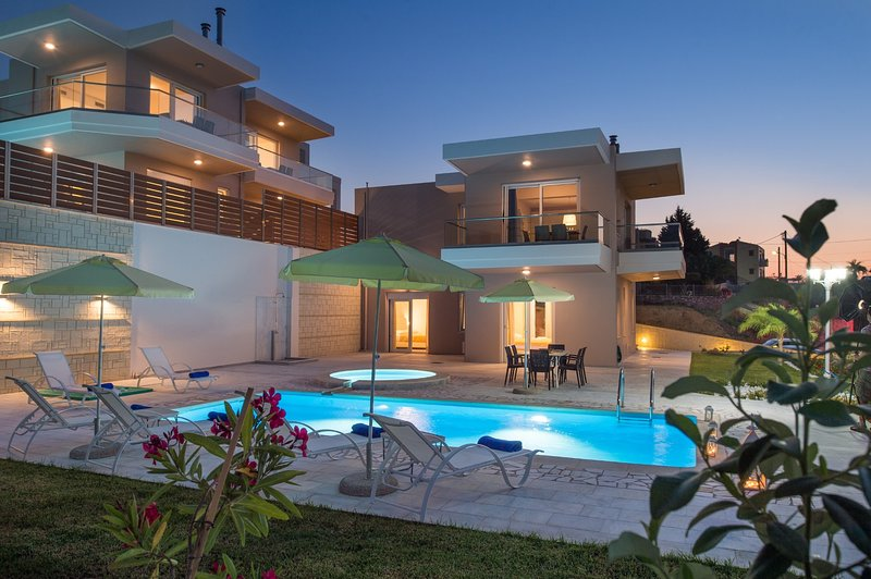 Heated  pool★500mt to beach★Jacuzzi★6 bedr★17 sleeps★Walk to market/restauraunts, holiday rental in Stalos