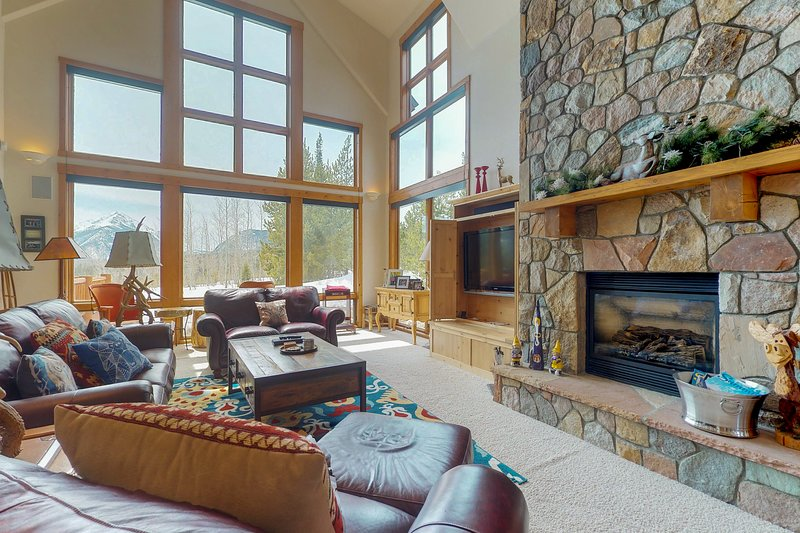 Enormous house with private hot tub, amazing views & room for everyone, vacation rental in Wildernest