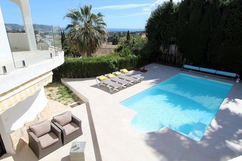 Moraira Villa Sleeps 10 with Pool Air Con and Free WiFi - 5398256, holiday rental in Benimeit