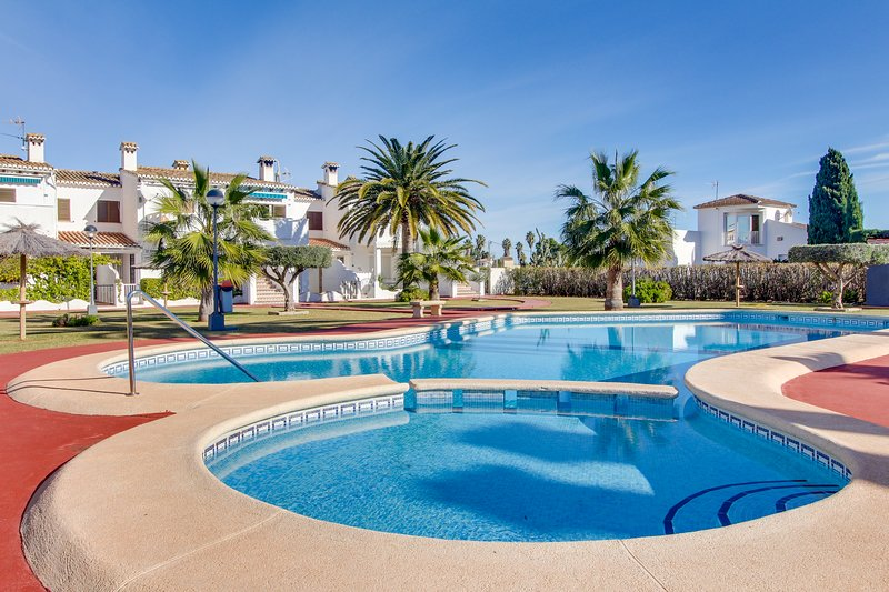 Breezy bungalow with shared pool and garden only a short walk from the beach!, vacation rental in Els Poblets