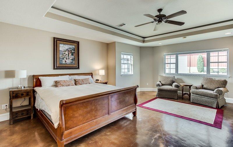Camera da letto principale Sky Lane con zona salotto e accesso al patio esterno