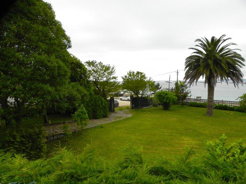 Jardín y vistas de la casa. Entrada principal.