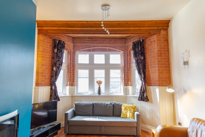 Luxury Apt No 1 - Two Bed Apartment(Sleeps 8), holiday rental in Wigan