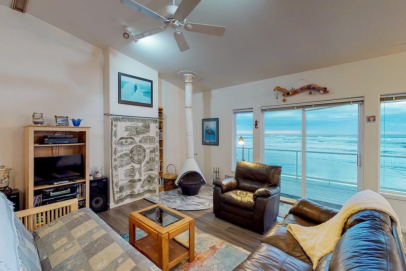 Oceanfront, dog-friendly home w/ jetted tub, beach access & sweeping views, vacation rental in Yachats