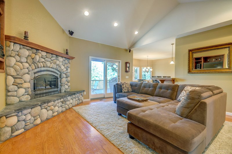 Tasteful cabin 25 miles from Yosemite w/ access to pools, a lake, & more, location de vacances à Coulterville