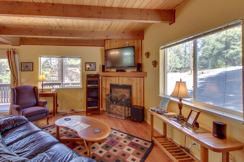 Cozy, family-friendly mountain chalet w/shared pool & more, near Yosemite, vacation rental in Groveland
