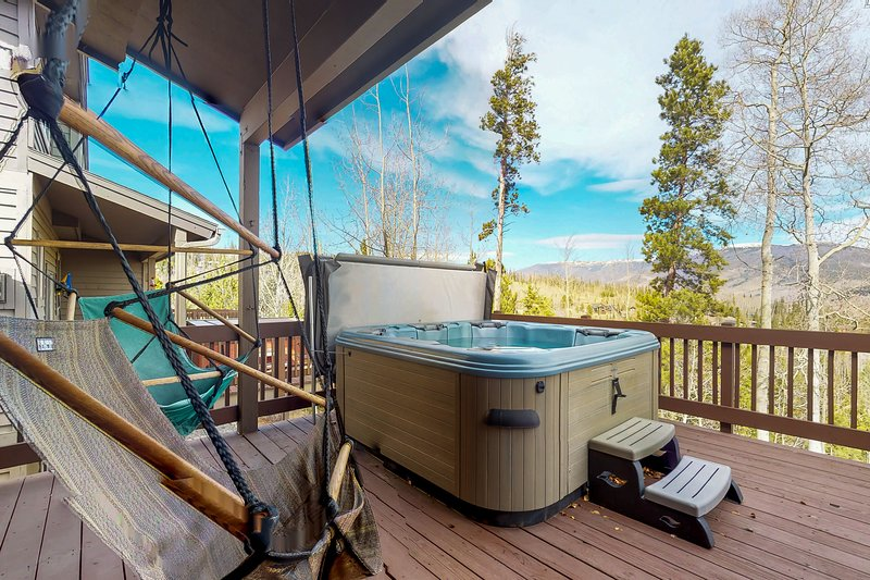 Townhome w/ private balcony, hot tub & mountain views, vacation rental in Wildernest