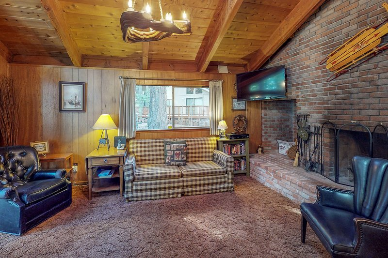 Rustic & cozy cabin w/entertainment -near skiing/hiking/biking/lake Chalet in Alpine Meadows