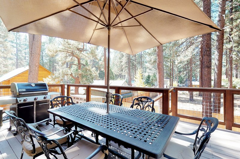 Spacious home w/private hot tub, deck & grill, near lake & skiing Chalet in Northstar