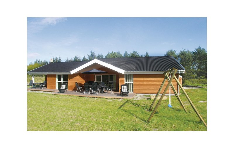 Awesome home in Strandby w/ Sauna, WiFi and 4 Bedrooms, vacation rental in Lyngsaa