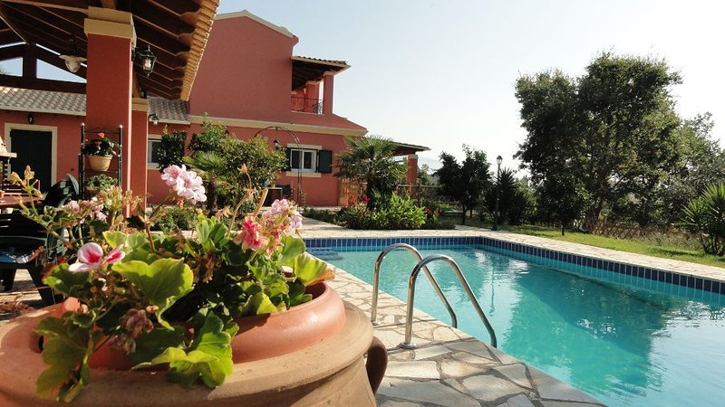 Beautiful villa, furnished to a high standard with private pool, location de vacances à Temploni