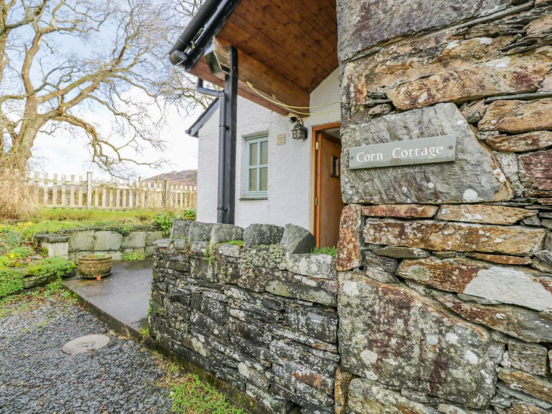 CORN COTTAGE, woodburning stove, romantic retreat, in Coniston, holiday rental in Broughton Mills
