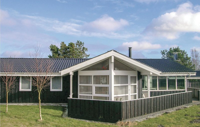 Nice home in Hals w/ WiFi and 4 Bedrooms, holiday rental in Gistrup