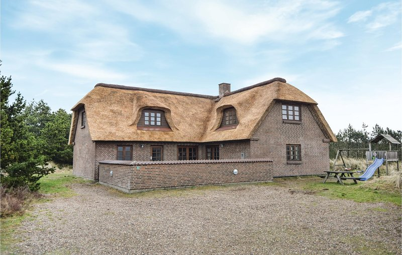 Beautiful home in Blåvand w/ Sauna, WiFi and 5 Bedrooms, holiday rental in Vejers Strand