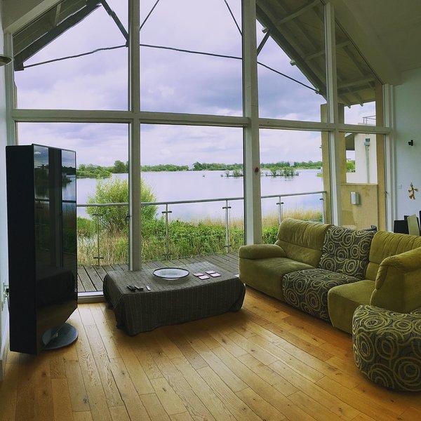 lake view form lounge