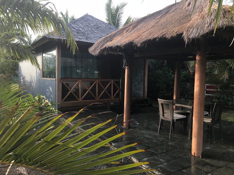 Waterfront Balinese Bungalow - romantic tropical getaway, location de vacances à Dumbea