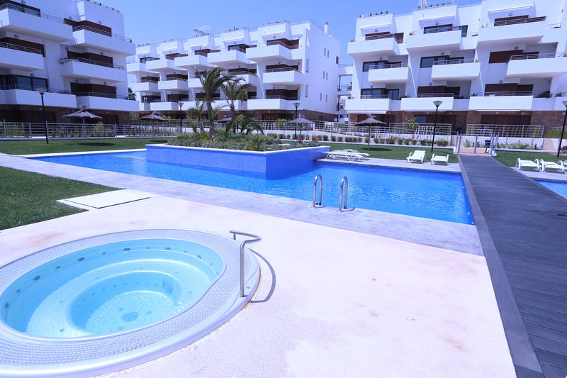 LUXURY MODERN APARTMENT WITH POOLS AND HOT TUBS, holiday rental in Cabo Roig