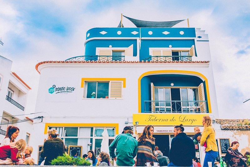 Surflife Atlantic Lodge, 102 Twin Bedroom, location de vacances à Rogil