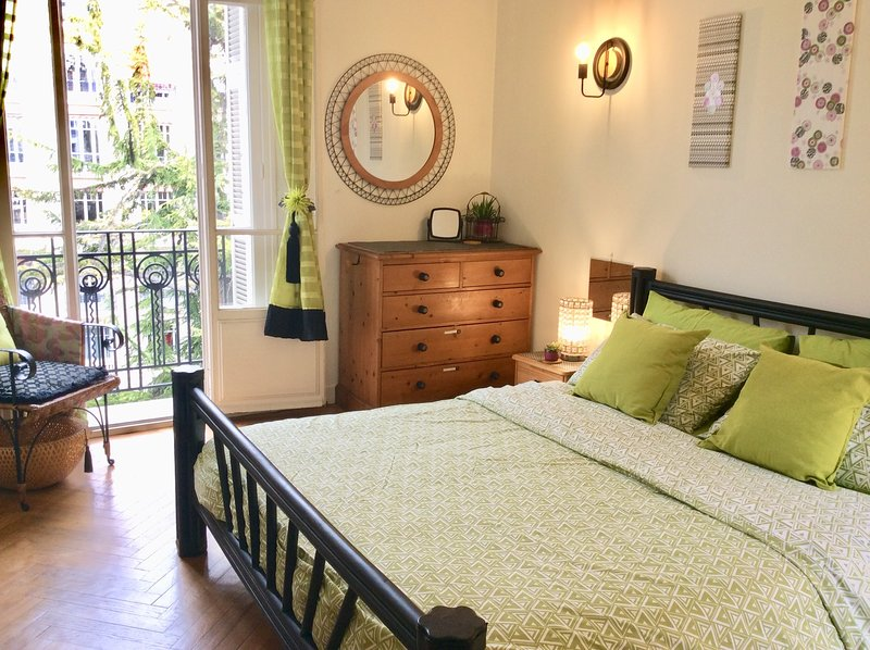 Real French feel, 1 Bed city home close to beach, shopping & tram. Garden view, vacation rental in Nice