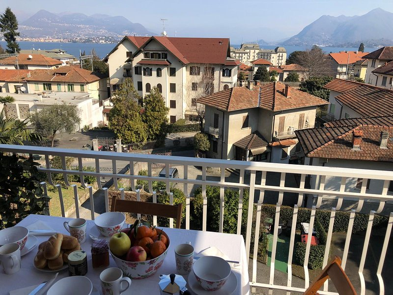 Beth beautiful apartment in the center of Stresa with panoramic view, location de vacances à Vezzo