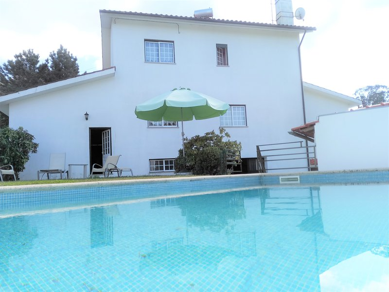 Spacious villa with swimming-pool, holiday rental in Balugaes