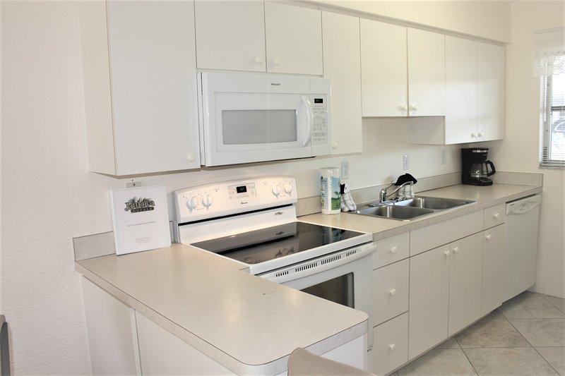Room,Indoors,Microwave,Oven,Kitchen