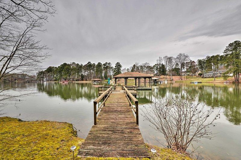 Da un paseo por el muelle para disfrutar de unas vistas perfectas del lago Norman.
