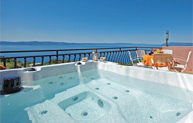 Beautiful home in Tucepi with Jacuzzi, WiFi and 2 Bedrooms (CDM003), alquiler de vacaciones en Tucepi